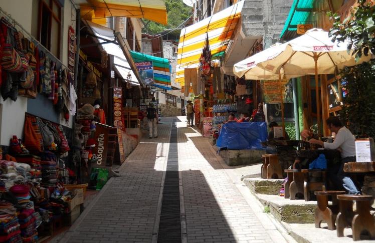 Rua principal de Aguas Calientes