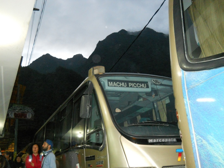 Amanhecendo na fila do bus para Machu Picchu