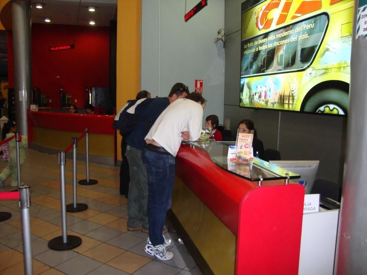 Comprando as passagens de bus para o norte peruano