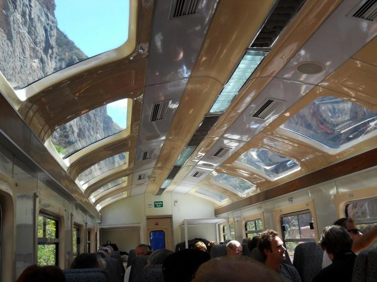 Trem com teto solar para apreciar a bela vista do Vale Sagrado