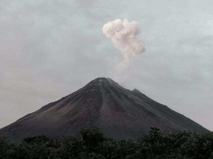 """Vulcão Arenal dando uma """"baforada"""""""