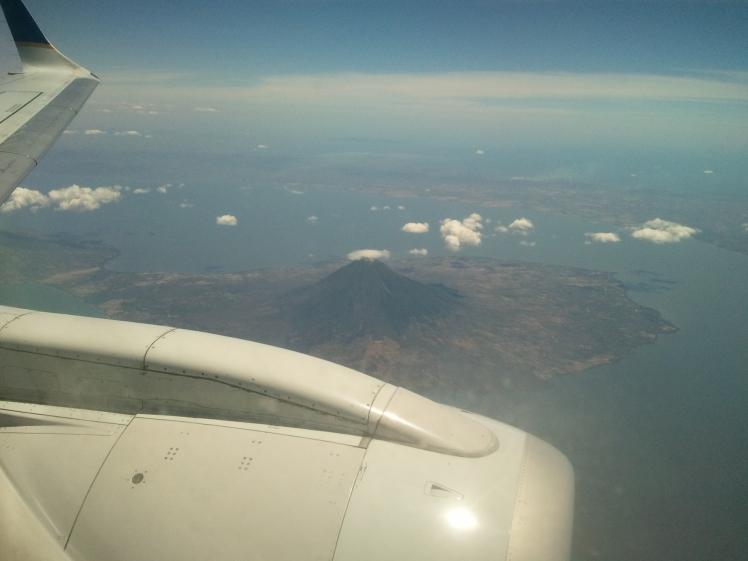 Vulcão no lago na Nicarágua