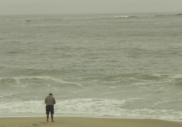 pescador e bancada de Kon Tiki ao fundo