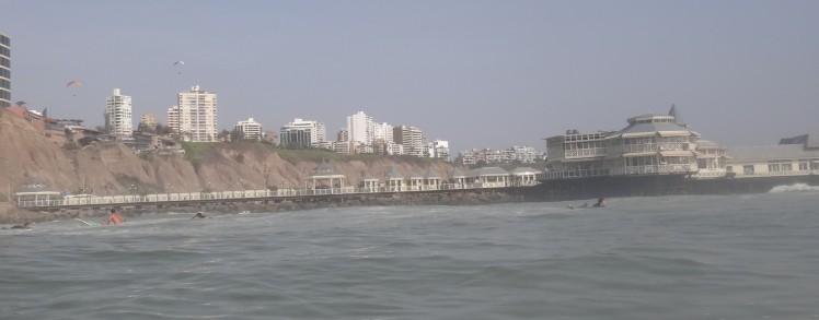 """Surfando Makaha ao lado do molhe com o famoso restaurante """"Rosa Nautica"""""""