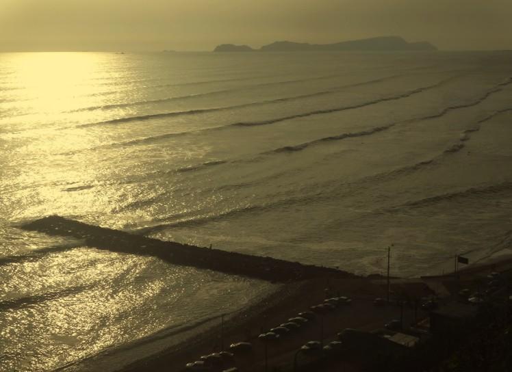 Final de tarde com altas ondas em La Pampilla