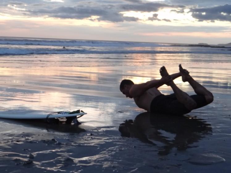 Sastre caprichando na Yoga após o surfe em Popoyo