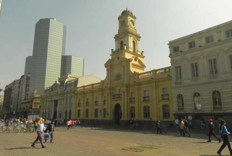 Plaza de Armas - Museo de História Nacional e o prédio dos correos ao fundo