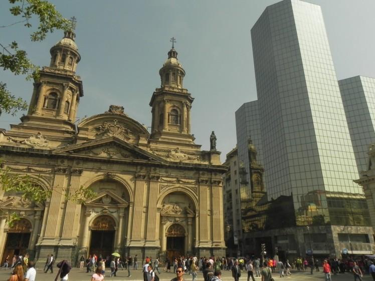 Plaza de Armas: o neoclássico e o moderno - retrato da Santigo de hoje