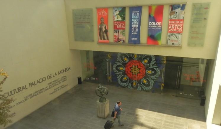Na saída pelo lado oposto do Palacio La Moneda,está o Centro Cultural La Moneda, no subsolo do palácio. Tem exposições bem cuidadas, um público bacana, um café e uma loja irada da Fundación de Artesanías do Chile.