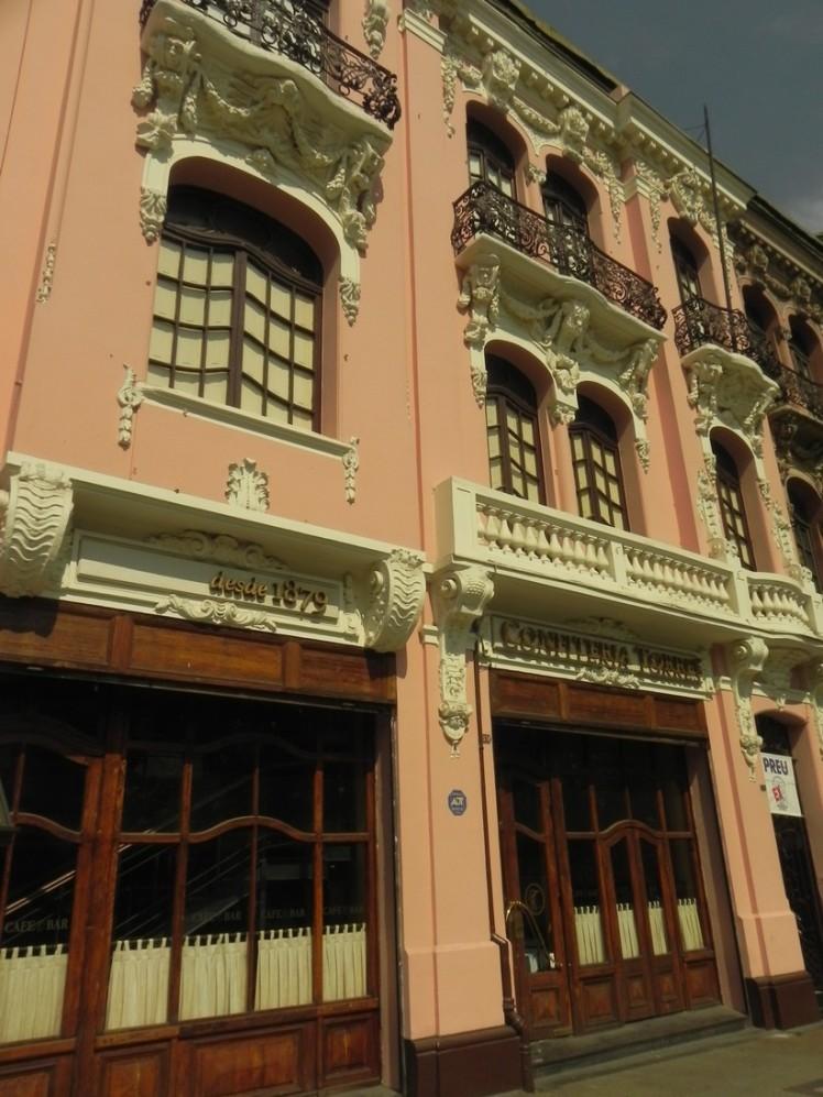 Confeitaria Torres, na Alameda, em funcionamento desde 1879, cujo cliente mais famoso foi o ex-presidente Barros Luco, que sempre pedia o mesmo sanduíche de pão, carne e queijo, hoje batizado com o seu nome. Delicioso.