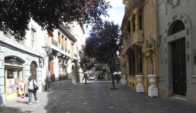 Atrás da Iglesia San Franscisco fica o Barrio Paris-Londres, um pedaço da Europa no meio de Santiago, com ruas de paralelepípedos e mansões dos anos 1920 — hoje região de albergues e mochileiros.