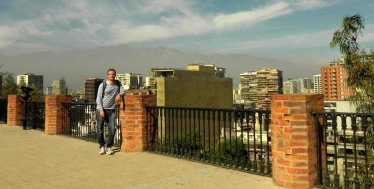 Vista de Santiago no Cerro Santa Lucia, com a cordilheira ao fundo.