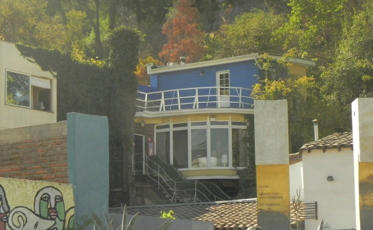 """La Chascona, que foi casa do maior poeta chileno, Pablo Neruda, com sua terceira esposa, Matilde — o nome da casa vem do apelido da amada, que tinha os cabelos revoltos (La Chascona seria o espanhol para """"a descabelada"""")."""