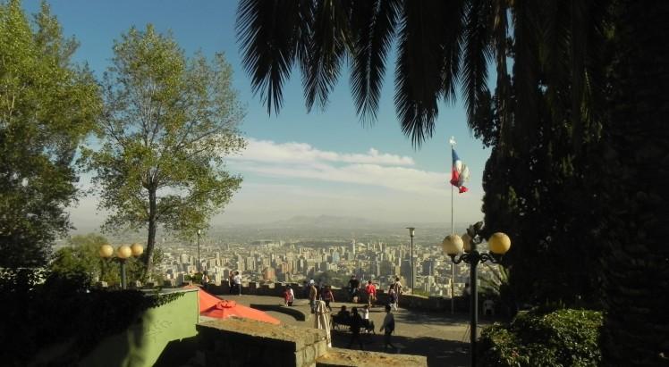 Terraza do Cerro San Cristóbal, onde todos os ciclistas que subiram o morro pela estrada se reúnem para desfrutar do visual em 360º de Santiago e tomar um mote con huesillos.