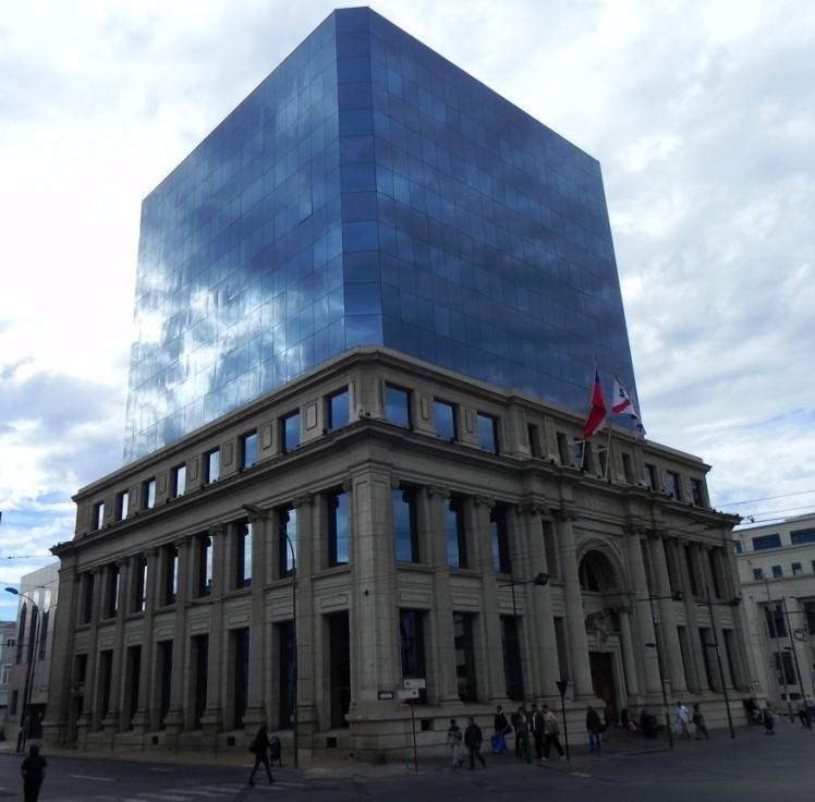 Este prédio foi destruido pelo terremoto de 2010. Eles então mantiveram a fachada externa, e construiram outro por dentro ... louco !