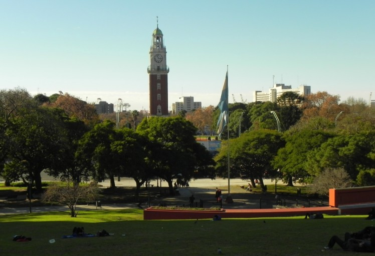 Plaza General San Martin - Torre de Los Ingleses ao fundo