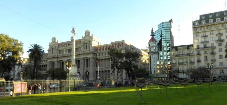 Praça em frente ao Teatro Colón