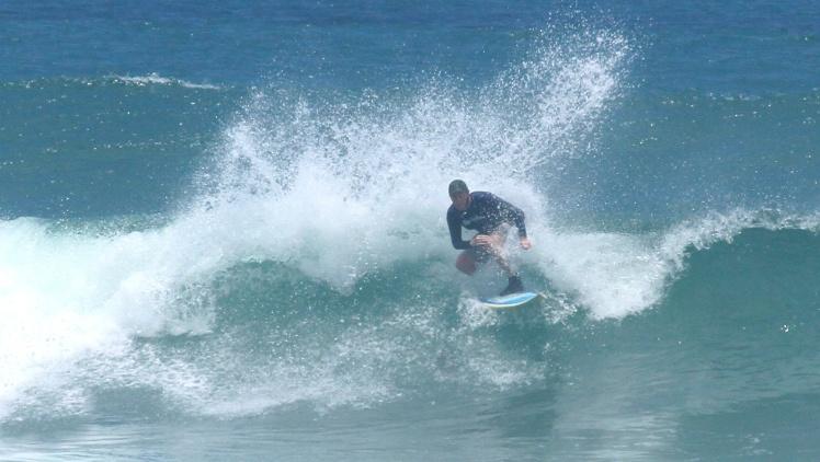 Tiburón surfing Balangan