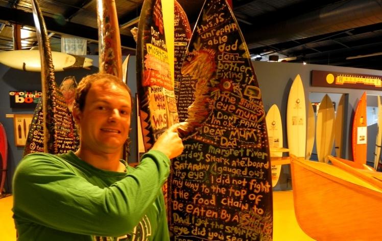 Prancha com uma bocadinha de tubarão - Surf World Museum