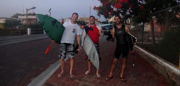 Felizes da vida após a primeira surf-session em Galápagos