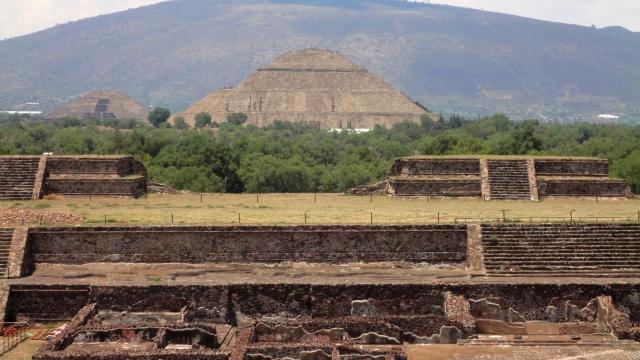 Teotihuacán - Pirâmide do Sol, vista desde o Templo da Serpente Emplumada
