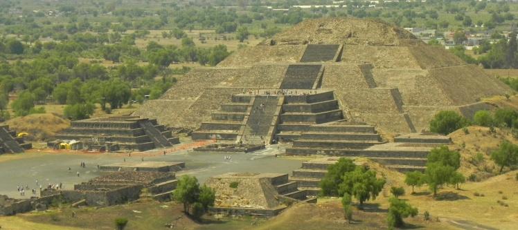 Pirâmide da Lua vista desde a Pirâmide do Sol