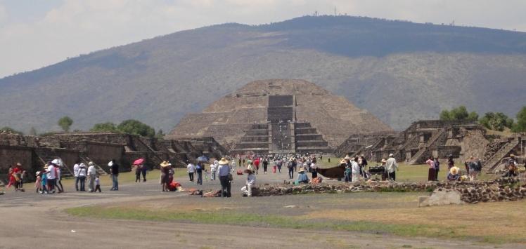 Pirâmide da Lua vista desde a Calzada de los Muertos