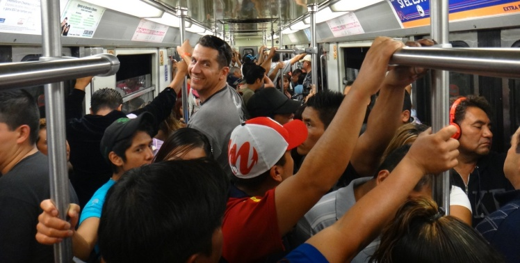 Metro lotado na hora do rush