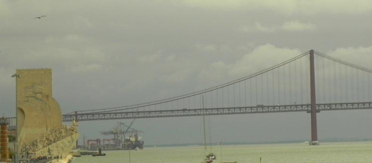 Padrão dos Descobrimentos e Ponte 25 de Abril vistos da Torre de Belém