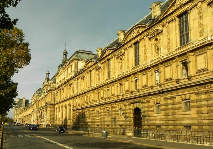 Fachada lateral externa do Louvre