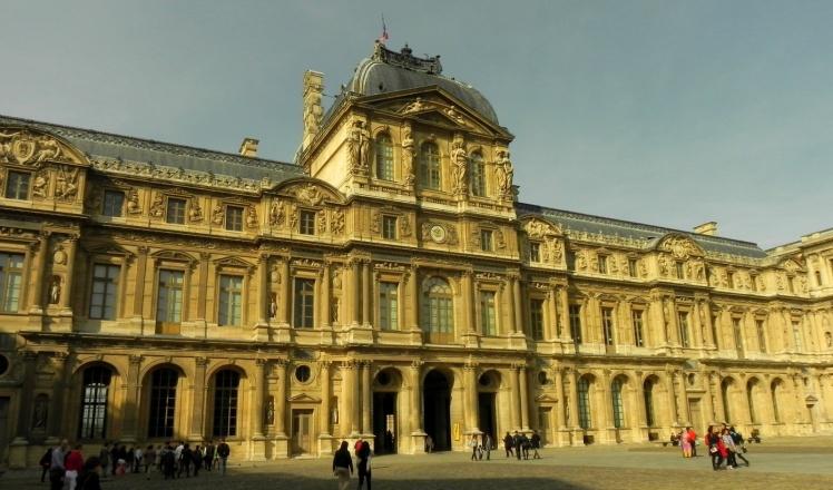 Fachada interna do Museu do Louvre