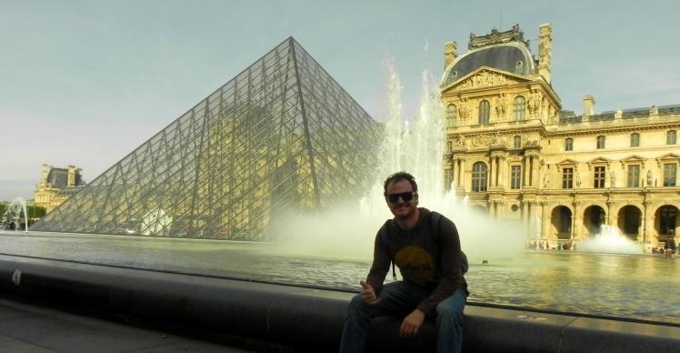 Pirâmede do átrio do Museu do Louvre