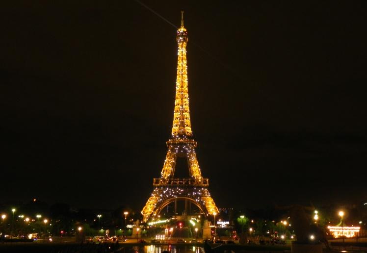 Torre Eiffel cintila nos 10 primeiros minutos de cada hora após as 10 da noite