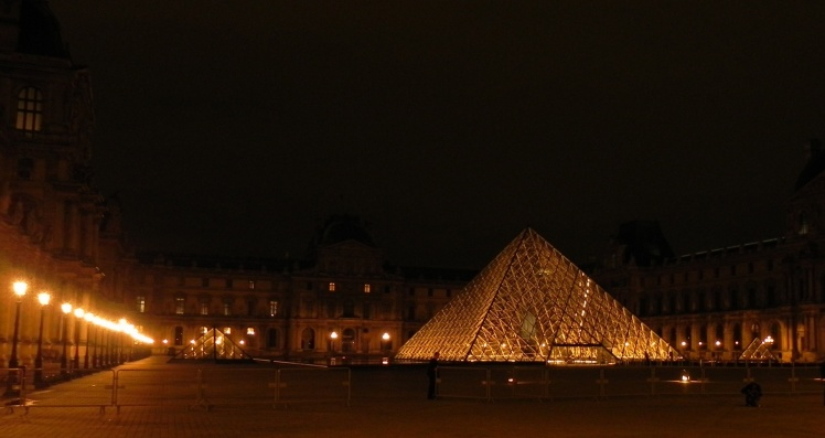 Louvre à noite