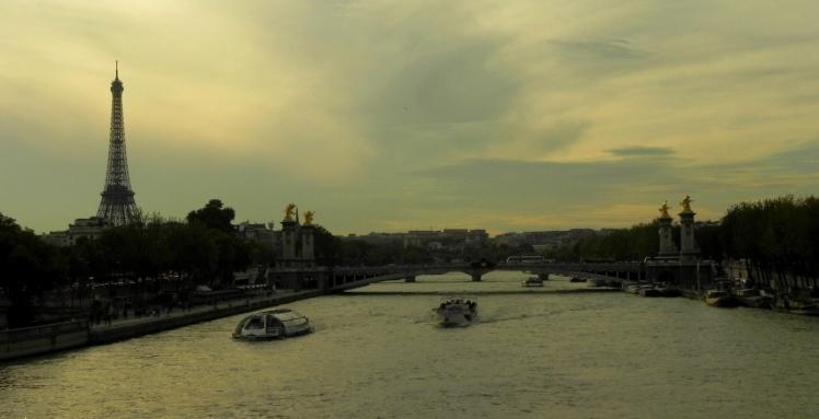 Rio Sena, com a Torre Eiffel e a Ponte Alexandre III ao fundo