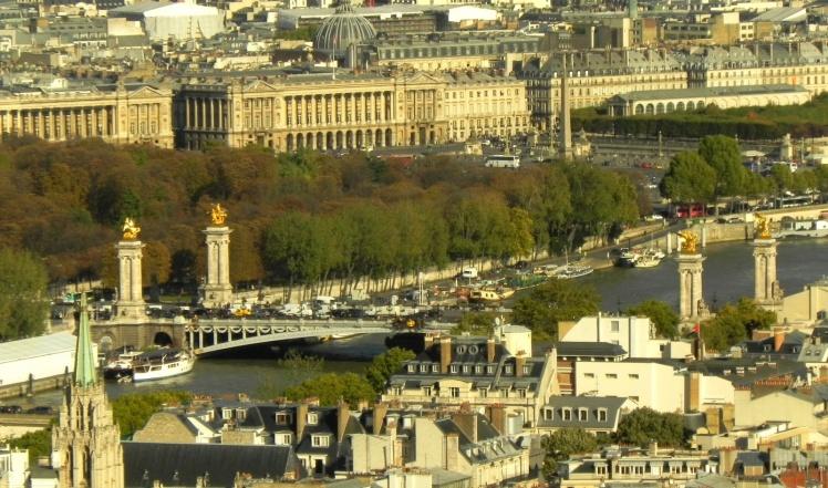 Ponte Alexandre III e Place de la Concorde  vistas da Torre Eiffel