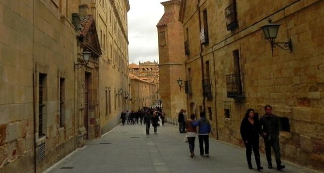 """Ruas de Salamanca - O centro histórico da cidade parece cenário de uma foto em """"sépia""""."""