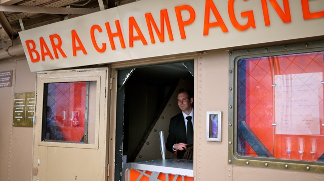 Bar A Champagne no topo da Torre Eiffel