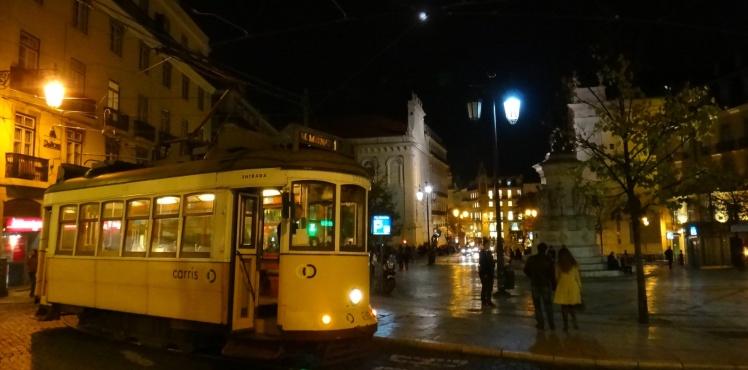 O Elétrico 28 e ao fundo a Praça Luíz de Camões e o Largo do Chiado