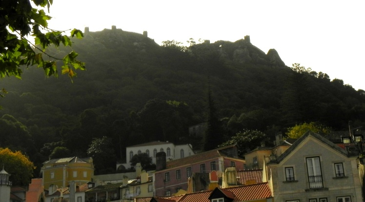 Castelo dos Mouros visto do Centro Histórico de Sintra