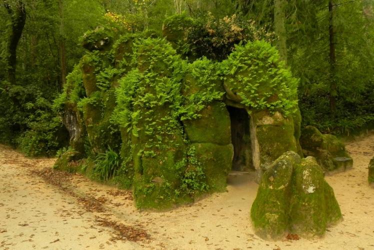 Dentro destas pedras fica o Poço Iniciático