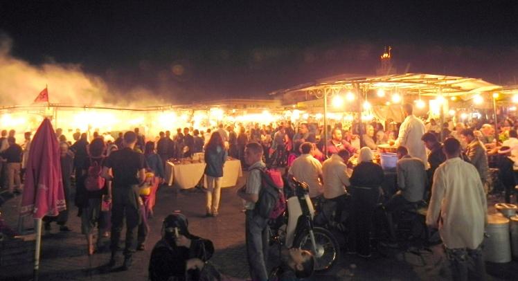 Praça Djema el-Fna vira um grande restaurante à noite