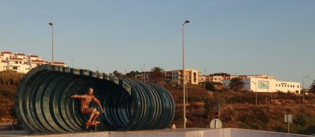 Ericeira - Monumento ao surf e Outlet da Billabong ao fundo