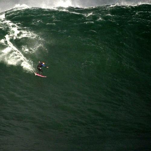 Onda gigante surfada por Maya Gabeira em Nazaré no dia 23 de outubro de 2013