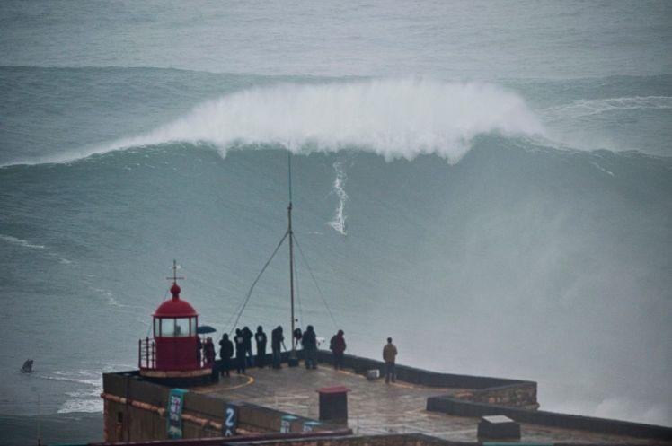 Carlos Burle na onda que seria a maior do mundo, surfada em Nazaré