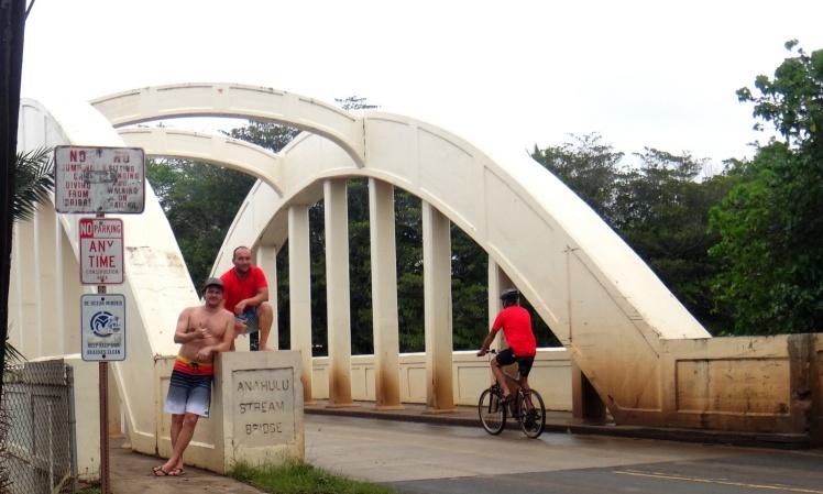 "A histórica ""Rainbow Bridge"" sobre o Rio Anahulu marca a entrada em Old Haleiwa Town"