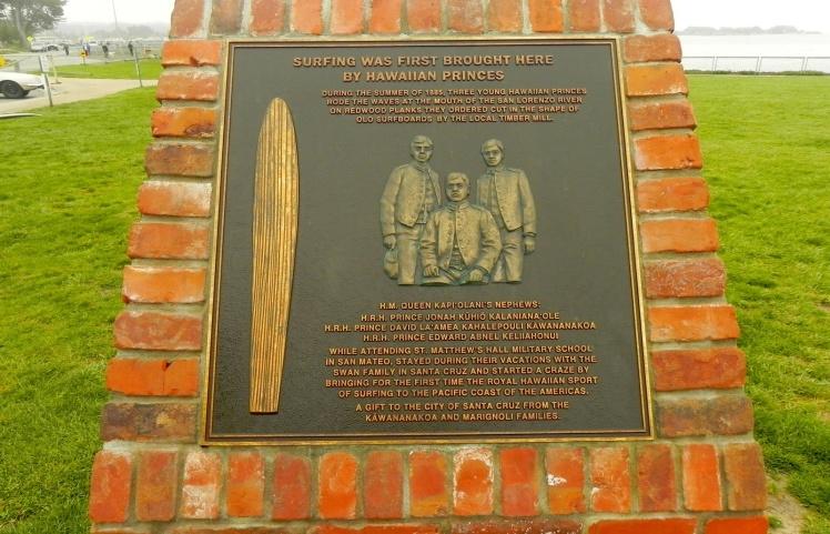 Placa em homenagem aos surfistas havaianos de 1.885