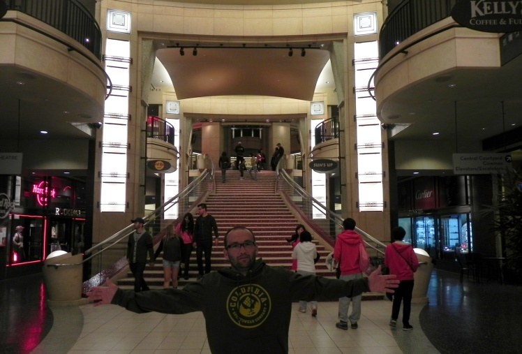 Dolby Theater - As colunas em seu átrio de entrada têm escrito o nome de todos os filmes vencedores do prêmio desde 1928
