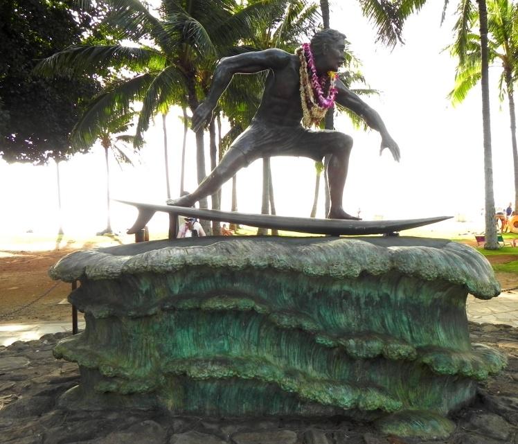 Escultura de um surfista em Waikiki Beach