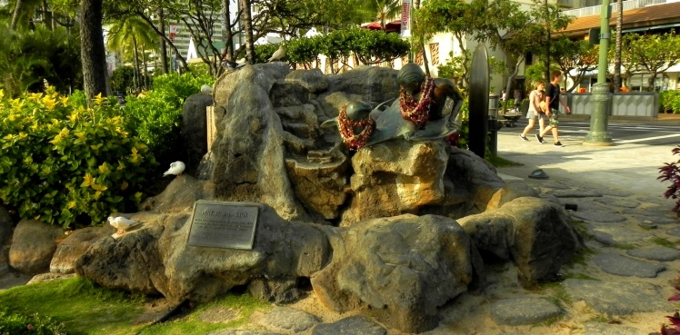 Estátua de Makua e Kila - Baseado na estória infantil de Fred Van Dyke's homenageando os valores havaianos do amor e respeito por OHANA (Família) e pelo oceano